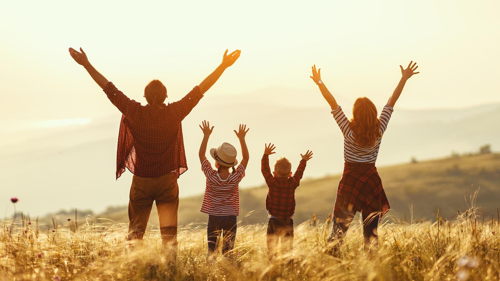 喜んでいる家族