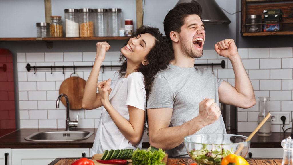 同棲カップルが家事をうまくやっているイメージ