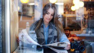 新聞を読んでいるイメージ